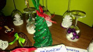 Stromeček z papírového pedigu a za ním svícny